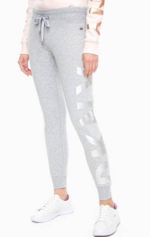 Хлопковые брюки джоггеры с принтом DKNY. Цвет: серый