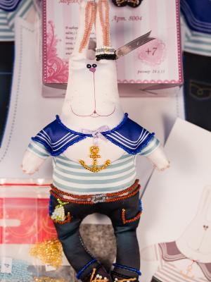 Набор для шитья и вышивания текстильной игрушки Зайка Нестор Моряк Матренин Посад. Цвет: белый, синий