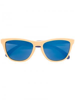 Солнцезащитные очки в контрастной оправе Oakley. Цвет: жёлтый и оранжевый