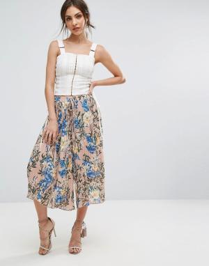 PrettyLittleThing Укороченные брюки с цветочным принтом. Цвет: мульти