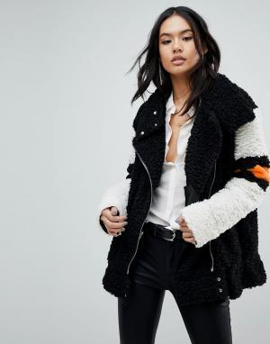 BLANK NYC Пушистая куртка с контрастными полосками. Цвет: черный