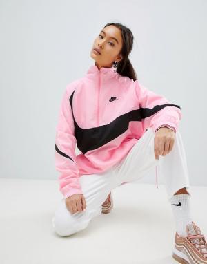 Nike Розовая спортивная куртка с короткой молнией и крупным логотипом-галоч. Цвет: розовый