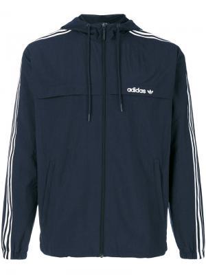 Ветровка с тремя фирменными полосками Adidas Originals. Цвет: синий