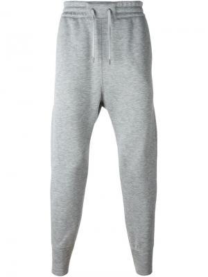 Спортивные брюки с заниженным шаговым швом Helmut Lang. Цвет: серый