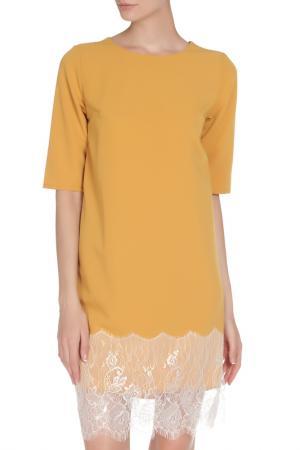 Платье полуприлегающее с гипюровой отделкой на подоле Irma Dressy. Цвет: горчичный