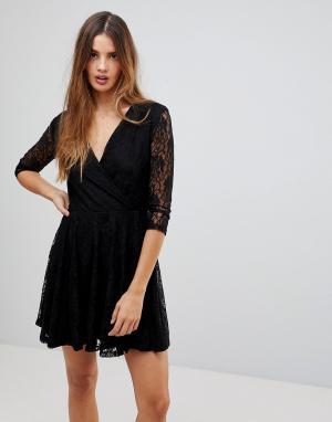 Wal G Короткое приталенное платье из кружева с запахом. Цвет: черный
