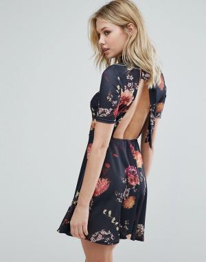 Oh My Love Чайное платье с цветочным принтом и открытой спиной. Цвет: черный