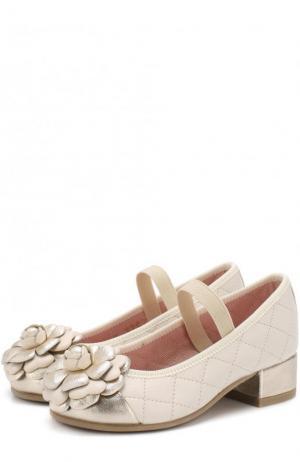 Кожаные туфли с цветочной аппликацией и прострочкой Pretty Ballerinas. Цвет: бежевый