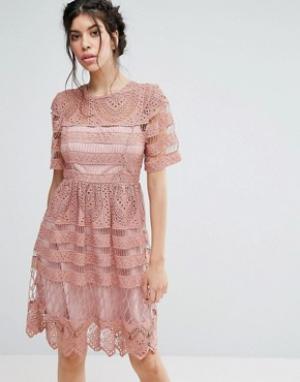 Love Triangle Короткое приталенное кружевное двухслойное платье. Цвет: розовый