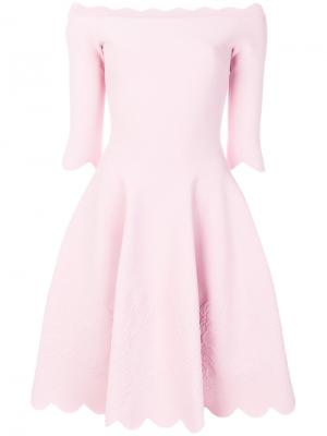 Платье с фестонами и открытыми плечами Alexander McQueen. Цвет: розовый и фиолетовый