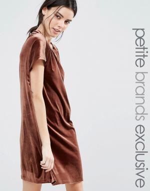 One Day Petite Бархатное цельнокройное платье мини. Цвет: коричневый