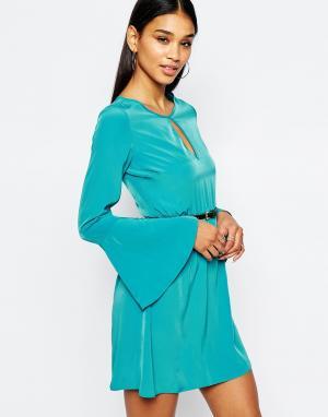 Lipsy Приталенное платье с ремнем. Цвет: зеленый