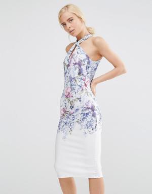 Hope and Ivy Платье-футляр миди с высокой горловиной и принтом. Цвет: белый