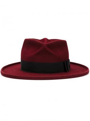 Фетровая шляпа Aquarius Gladys Tamez Millinery. Цвет: красный