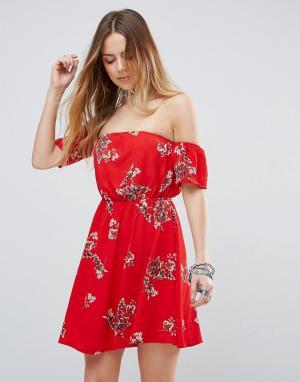 Parisian Платье с цветочным принтом и открытыми плечами. Цвет: красный