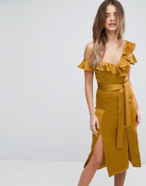 Lavish Alice Асимметричное атласное платье миди золотистого цвета с оборками. Цвет: золотой