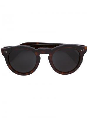 Солнцезащитные очки в круглой оправе Cutler & Gross. Цвет: коричневый