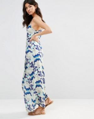 Flynn Skye Платье макси с запахом и цветочным принтом. Цвет: синий