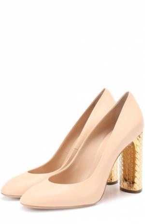 Кожаные туфли на декорированном каблуке Casadei. Цвет: бежевый