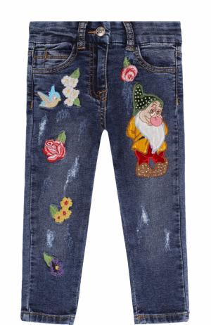 Джинсы с декоративными потертостями и вышивками Monnalisa. Цвет: синий
