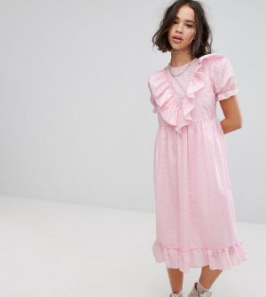 Reclaimed Vintage Платье миди с вышивкой ришелье, отделкой и оборками. Цвет: розовый