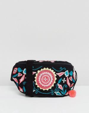 Glamorous Сумка-кошелек на пояс с вышивкой и помпонами. Цвет: мульти