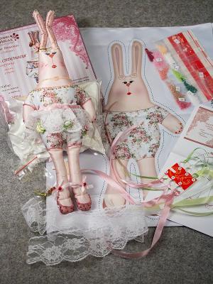 Набор для шитья и вышивания текстильная игрушка Зайка Прасковья Матренин Посад. Цвет: белый