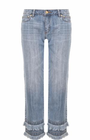 Укороченные джинсы с потертостями и бахромой MICHAEL Kors. Цвет: голубой