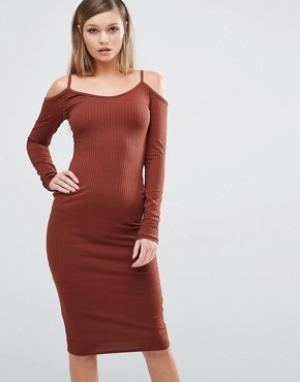 Club L Платье миди в рубчик с вырезами на плечах. Цвет: коричневый