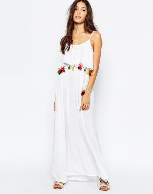 Akasa Пляжное платье макси с помпонами. Цвет: белый