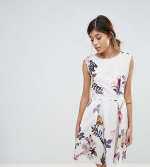 Closet London Короткое приталенное платье с короткими рукавами и принтом Lond. Цвет: мульти