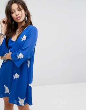 Honey Punch Свободное платье с вышивкой. Цвет: синий