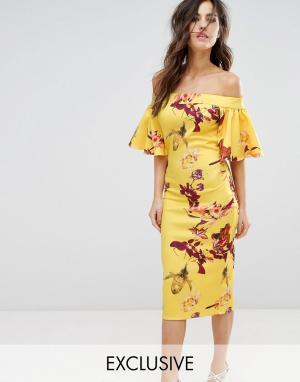 True Violet Платье-футляр с открытыми плечами и принтом. Цвет: желтый