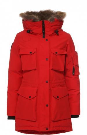 Пуховик с накладными карманами и меховой отделкой Arctic Explorer. Цвет: красный