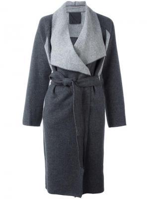 Двухцветное пальто Demoo Parkchoonmoo. Цвет: серый