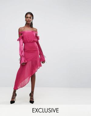 Dark Pink Сетчатое платье с оборками на контрастных рукавах и асимметричным подо. Цвет: розовый
