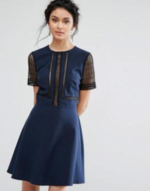 Elise Ryan Короткое приталенное платье с кружевными вставками. Цвет: темно-синий