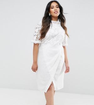 Truly You Платье-футляр с кружевным лифом и юбкой запахом. Цвет: белый
