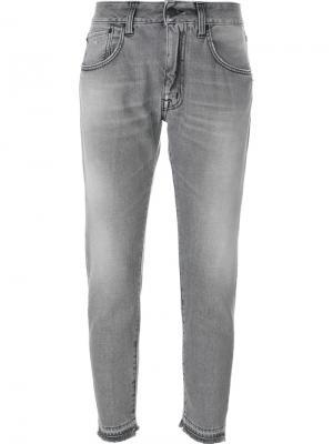 Укороченные джинсы с потертой отделкой +People. Цвет: серый
