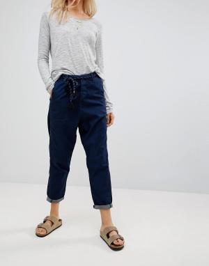 Maison Scotch Суженные книзу джинсы с витым поясом. Цвет: темно-синий