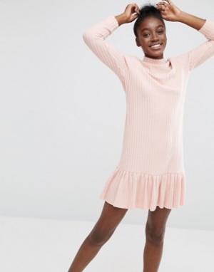 I Love Friday Платье в рубчик с высокой горловиной и кромкой‑оборкой. Цвет: розовый