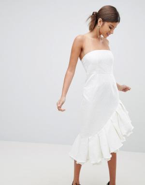 PrettyLittleThing Платье-бандо миди с оборкой. Цвет: белый