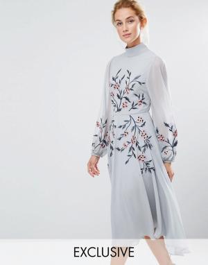 Hope and Ivy Платье миди с вышивкой и высокой горловиной &. Цвет: синий