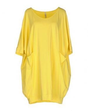 Короткое платье CORINNA CAON. Цвет: желтый