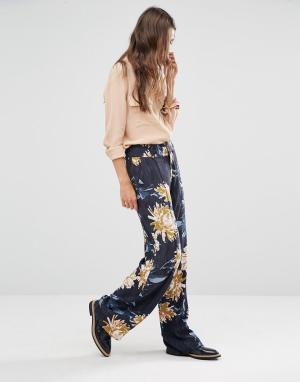 Gestuz Широкие брюки с цветочным принтом. Цвет: темно-синий
