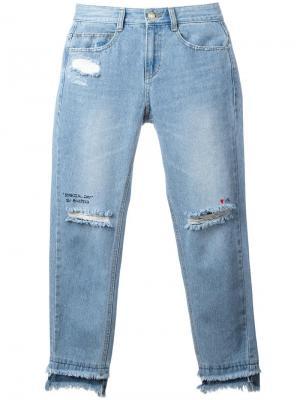 Укороченные джинсы с рваной отделкой Sjyp. Цвет: синий