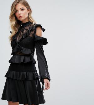 Dark Pink Короткое приталенное платье с оборками и высоким воротом. Цвет: черный