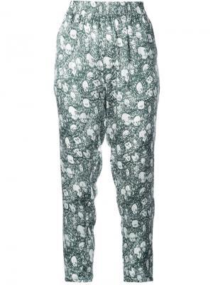 Укороченные брюки  с принтом портретов Shrimps. Цвет: зелёный