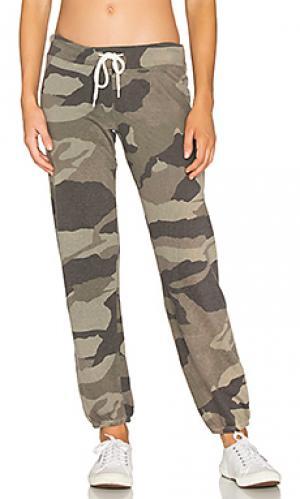 Свободные спортивные брюки камуфляжной расцветки MONROW. Цвет: оливковый