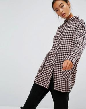 Monki Рубашка в клетку с большим карманом. Цвет: розовый